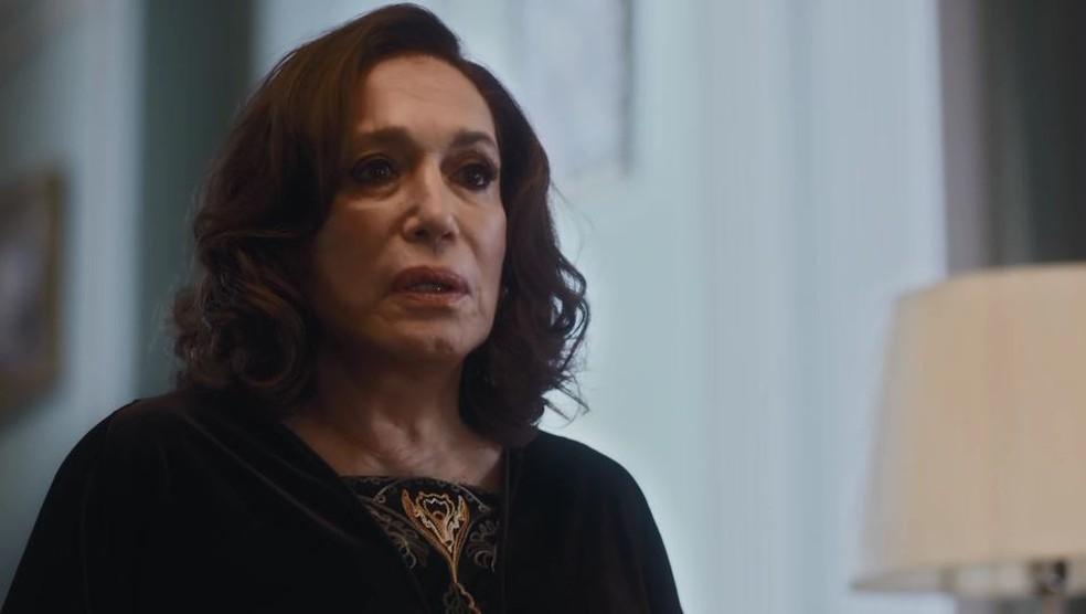 Emília (Susana Vieira) expulsa a própria filha, Justina (Julia Stockler), da sala em 'Éramos Seis' — Foto: Globo