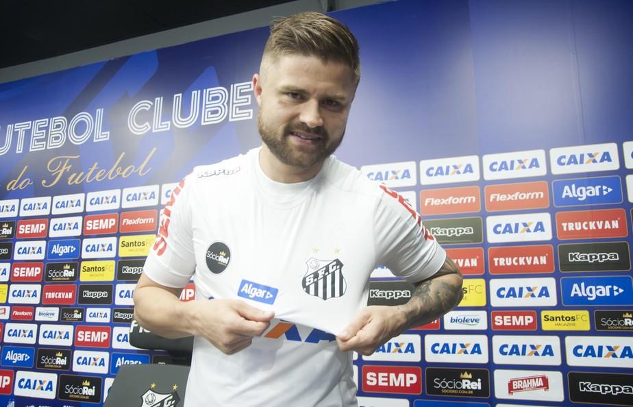 Sasha é apresentado no Santos e diz que precisa de mais uma semana para jogar