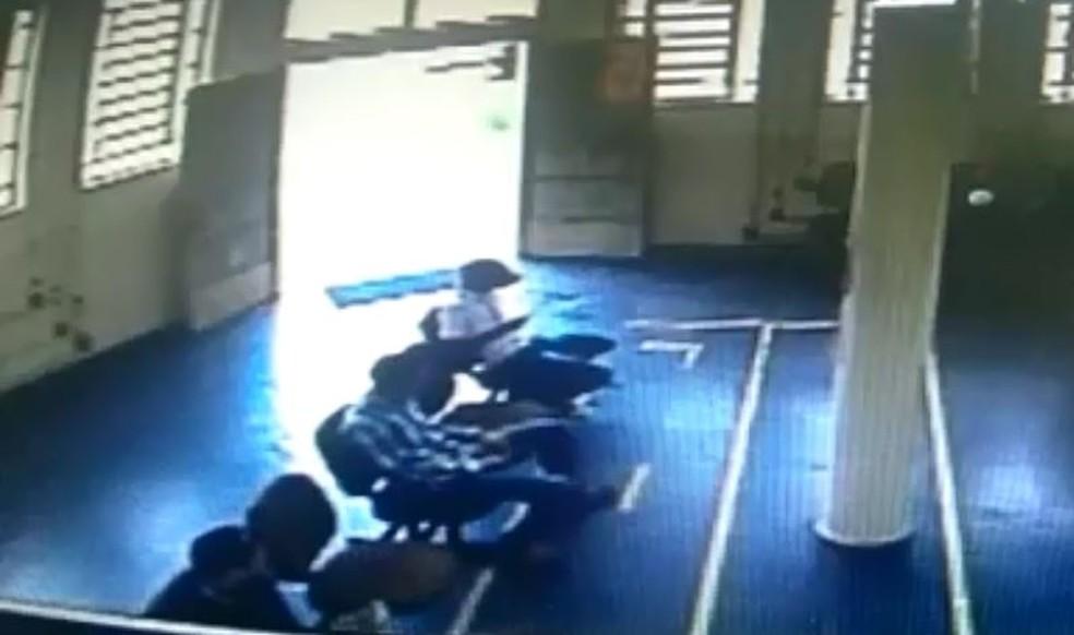 Imagem mostra suspeitos aguardando atendimento em agência dos Correios no Sul de Minas. (Foto: Circuito de segurança)