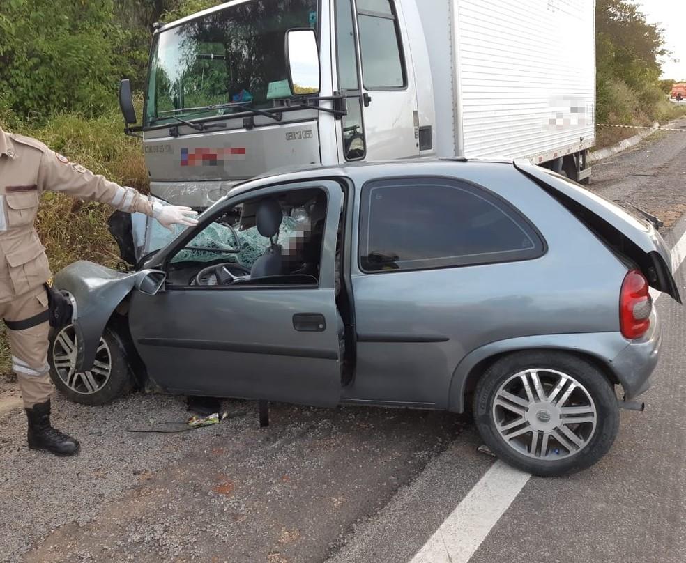 Sete pessoas estavam dentro do carro, três delas morreram no local — Foto: PRF/Divulgação