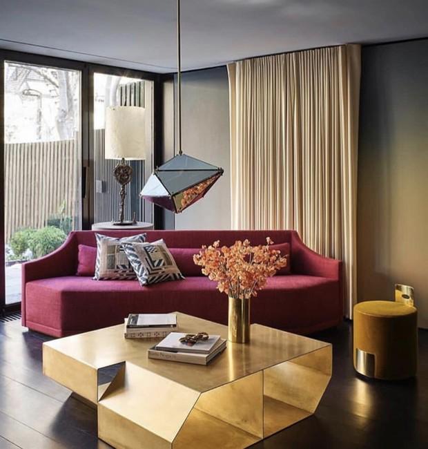 Cortinas do teto ao chão valorizam a amplitude dos espaços e dão elegância à decoração (Foto: Divulgação)