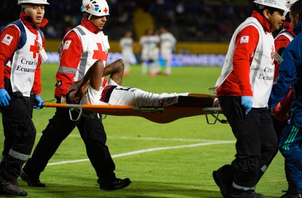 Bruno Henrique deixa o campo mostrando muita preocupação após o choque — Foto: Alexandre Vidal/Flamengo