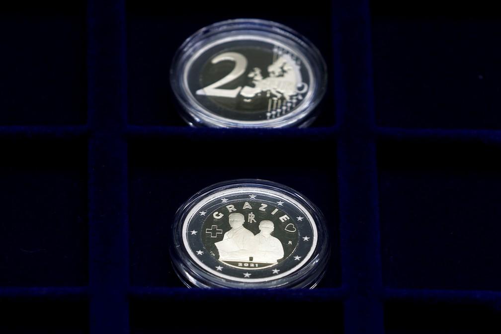 Frente e verso da moeda comemorativa de 2 euros, em homenagem aos profissionais de saúde durante a pandemia da doença do coronavírus. — Foto: REUTERS/Guglielmo Mangiapane