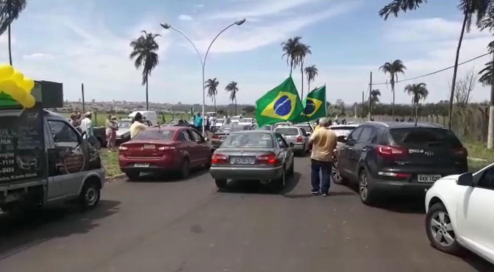 SP - Ourinhos: Carreata a favor de Bolsonaro se concentra no aeroporto da cidade neste sábado (29) — Foto: Robson Sanches/G1