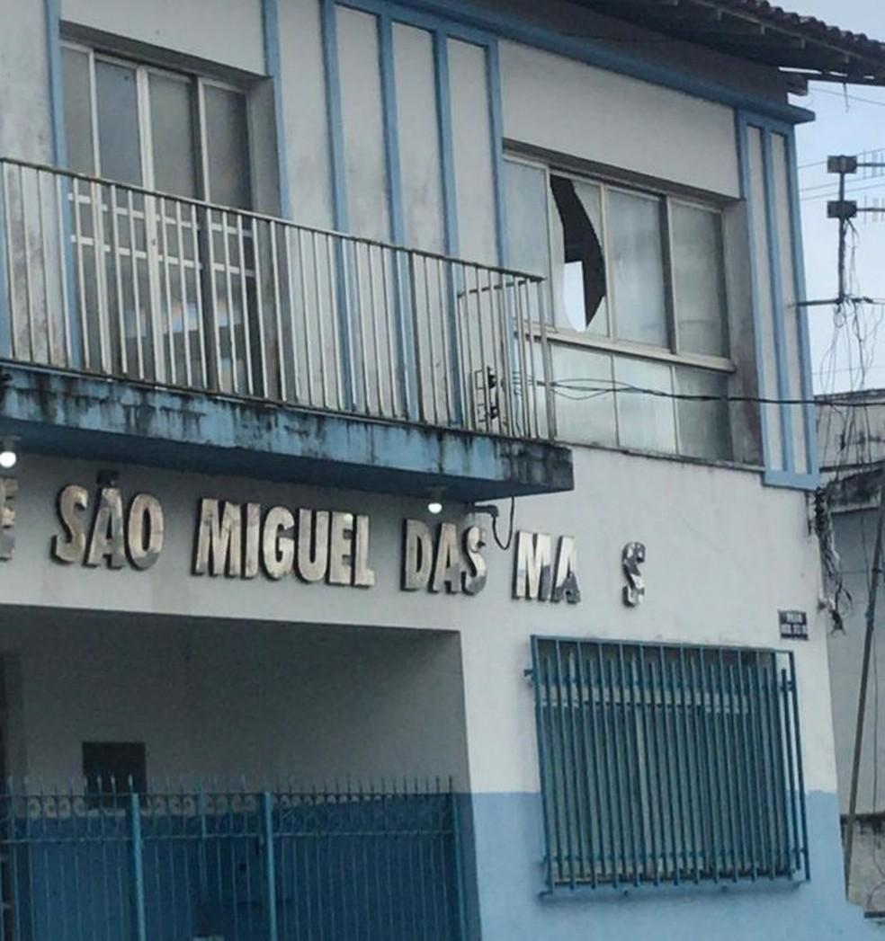 Janelas da sede da prefeitura de São Miguel das Matas ficaram quebradas no tremor do mês de agosto — Foto: Arquivo Pessoal