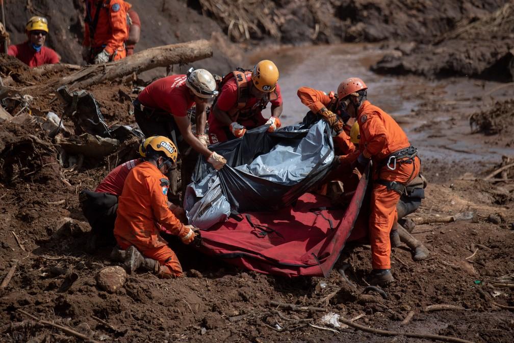 Bombeiros retiram o corpo de uma das vítimas do rompimento da barragem em Brumadinho (MG) — Foto: Mauro Pimentel/AFP
