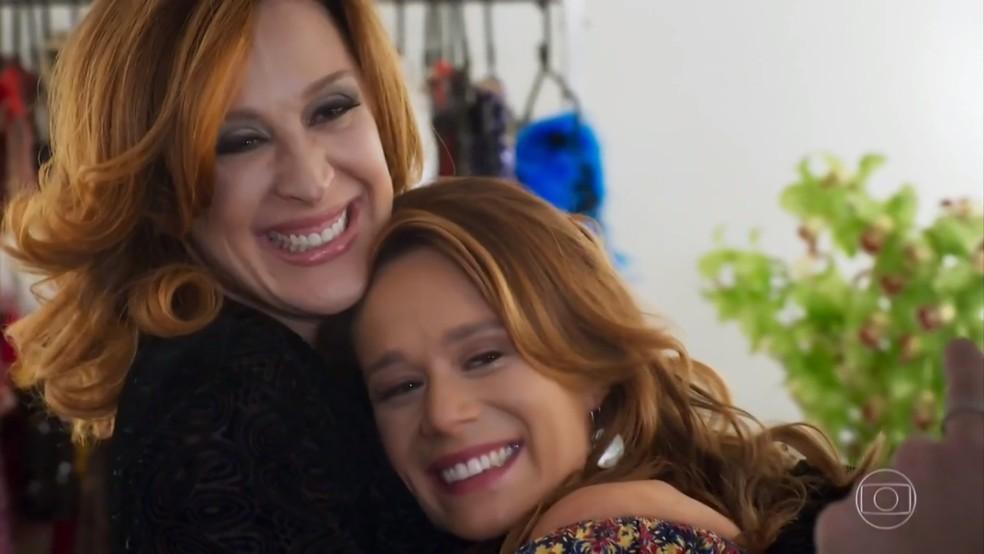 Claudia Raia e Tancinha (Mariana Ximenes) se abraçam - 'Haja Coração' — Foto: Globo