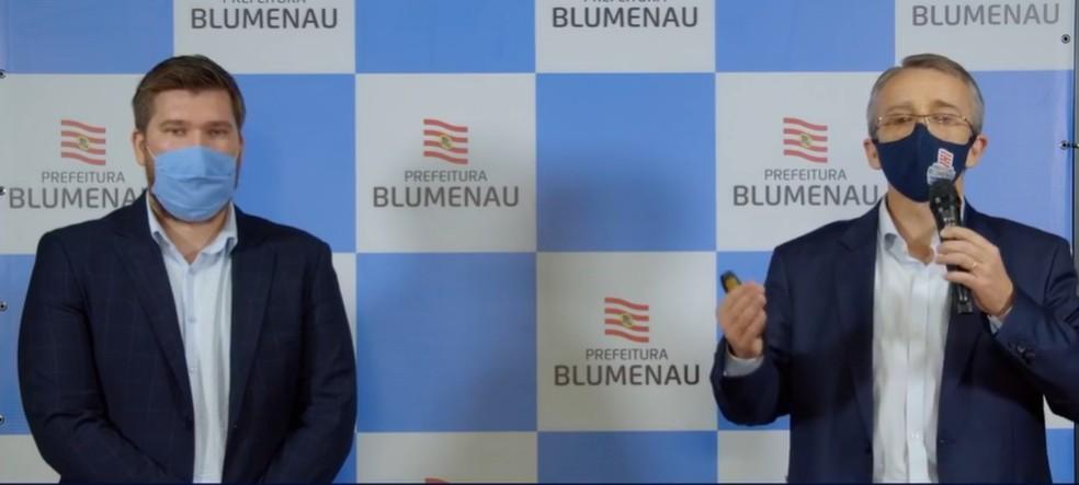 Secretário de Saúde (à esq.) e prefeito de Blumenau anunciaram medidas restritivas — Foto: Reprodução/Redes sociais