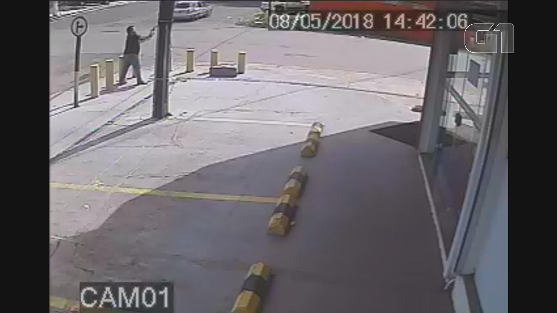 Homem destrói com golpes de machado caixa que controla semáforo em Macapá; VÍDEO