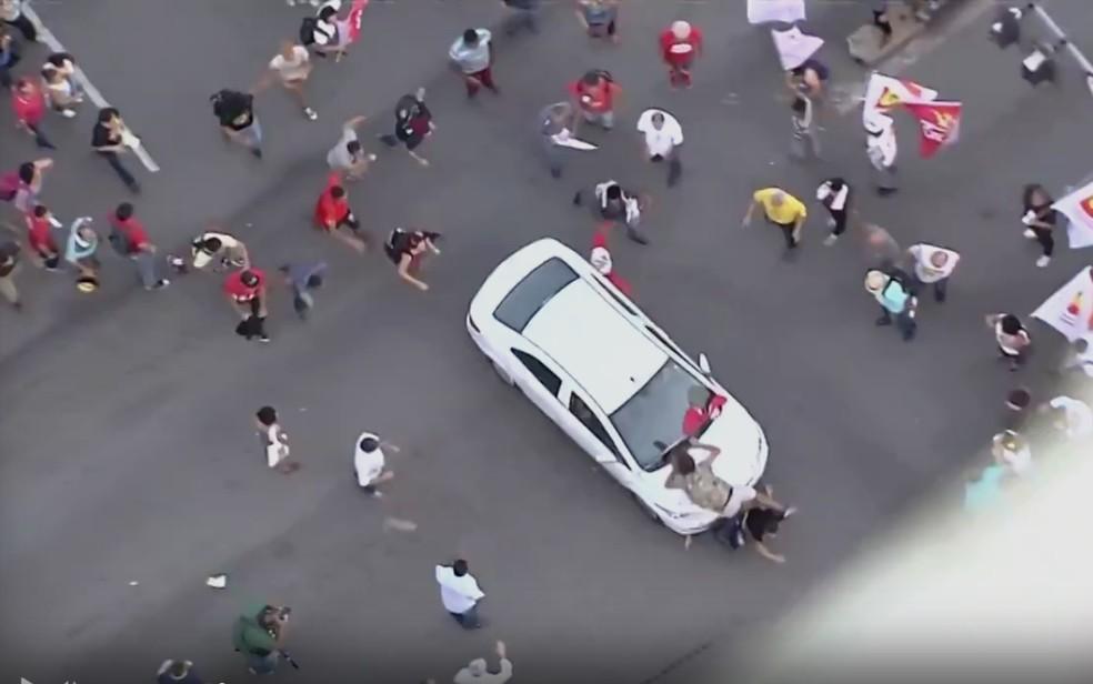 Foto mostra momento em que carro atropela manifestantes, em Goiânia (Foto: Reprodução/TV Anhanguera)