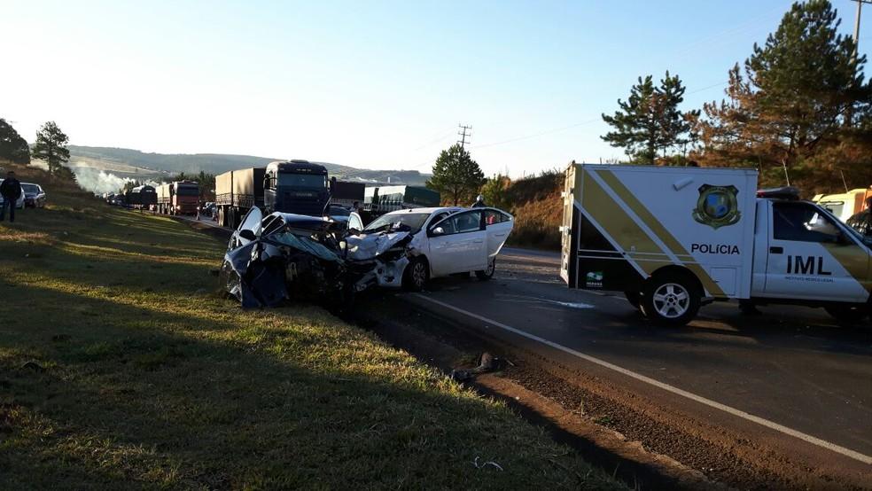 Duas pessoas morreram e quatro ficaram feridas em acidente em Guarapuava, na região central do Paraná (Foto: Divulgação/Corpo de Bombeiros)