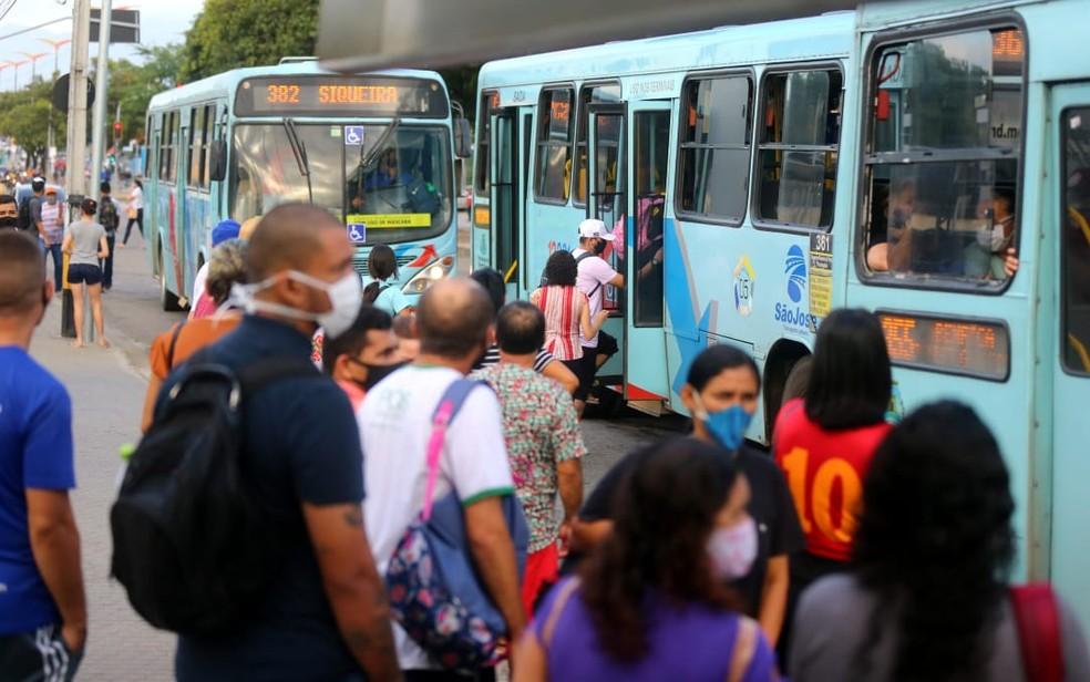 Ônibus ficam lotados em dia de greve de motoristas em Fortaleza — Foto: Fabiane de Paula/SVM