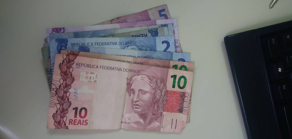 Dinheiro foi entregue por Matheus para a professora — Foto: Arquivo Pessoal