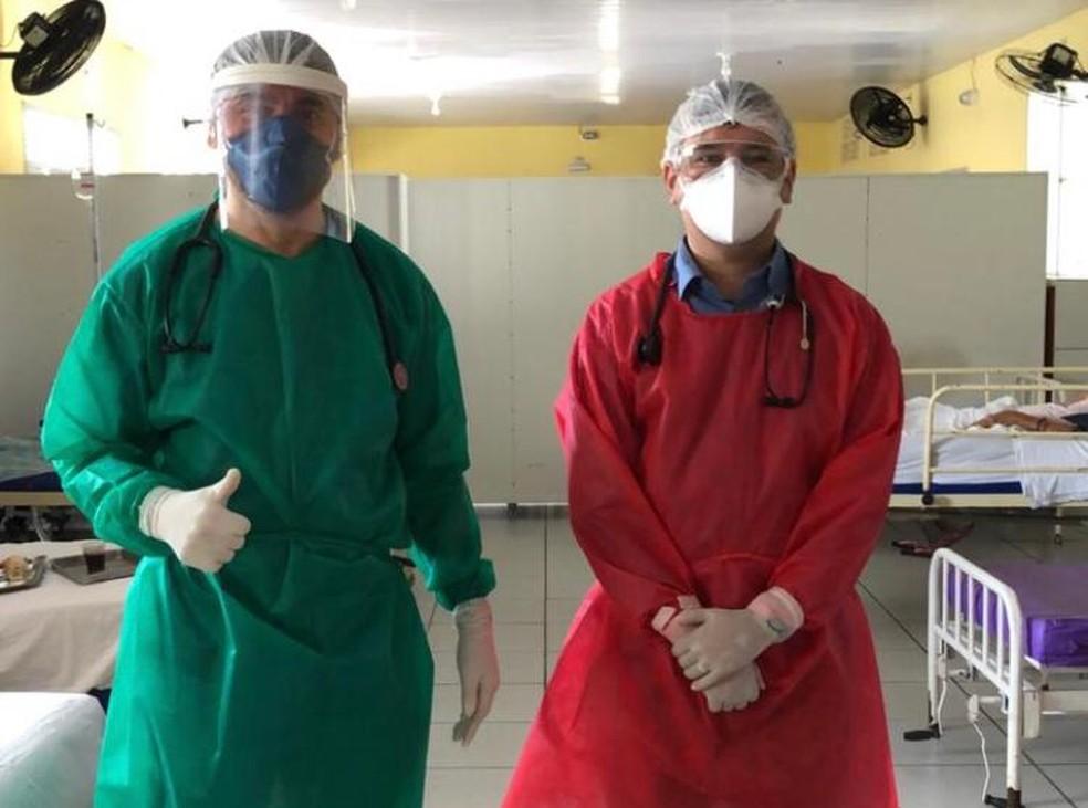 Médico Juliano Silveira, de vermelho, ao lado do colega médico Evanilson: os dois em atuação em casos de Covid-19 no Juvino Barreto — Foto: Arquivo pessoal