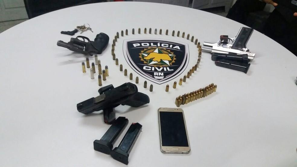 Duas pistolas, um revólver e mais de 80 munições intactas foram apreendidas (Foto: Divulgação/Polícia Civil)