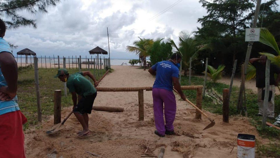 Barreiras que motivaram início da discussão foram instaladas pela prefeitura — Foto: Reprodução/Prefeitura de Maraú