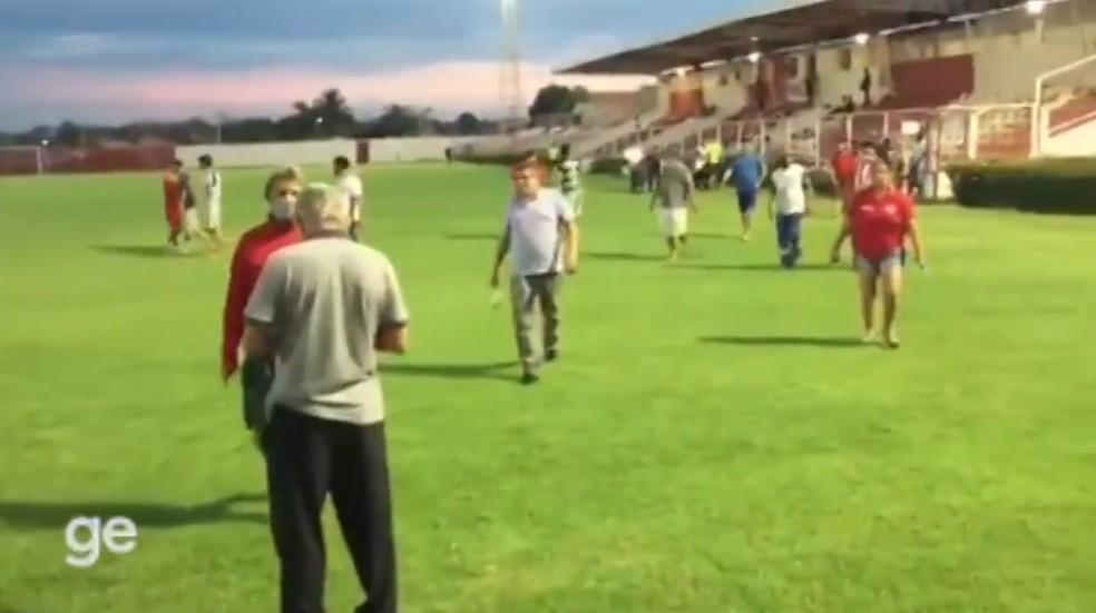 Torcedores saem pelo gramado de estádio em Piripiri  — Foto: Reprodução