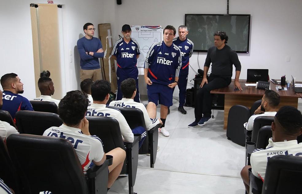 Fernando Diniz se apresenta para o grupo do São Paulo — Foto: Rubens Chiri / saopaulofc.net