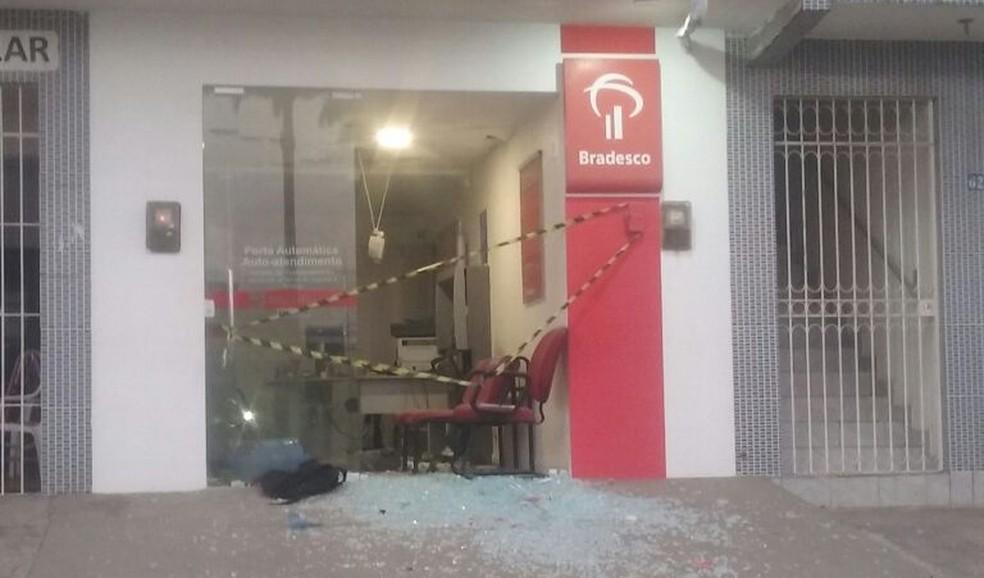 Posto de atendimento bancário foi alvo de explosão em Lagoa do Carro, na Mata Norte de Pernambuco (Foto: Reprodução/WhatsApp)