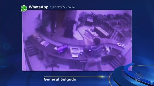 Recepcionista de hotel dá pauladas em ladrão ao reagir a tentativa de roubo em General Salgado; vídeo