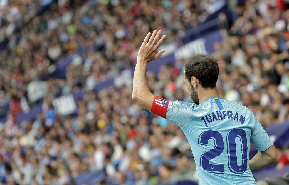 Juanfran acena para a torcida na última partida pelo Atlético de Madrid — Foto: EFE/Manuel Bruque
