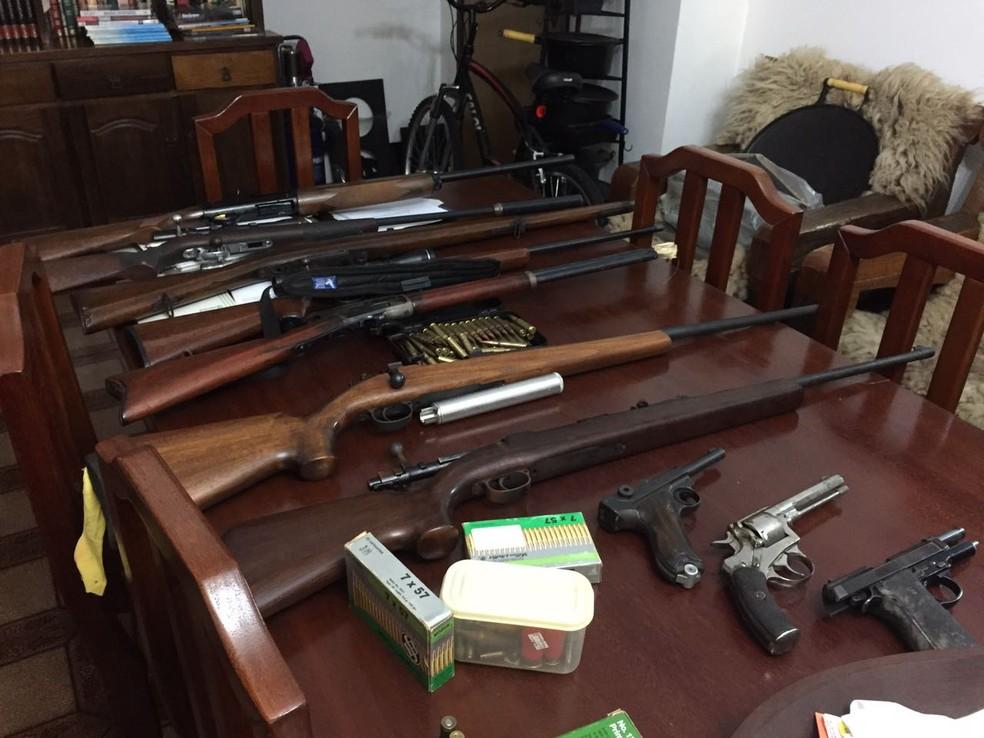 Na casa de um dos médicos levados para depor policiais apreenderam várias armas, silenciadores e munição; dono deve responder por porte ilegal de arma de fogo de uso restrito (Foto: PF/Divulgação)