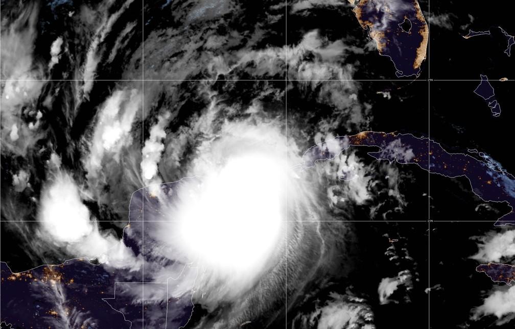 Imagem de satélite feita na quarta-feira (7) mostra o furacão Delta sobre a costa sudeste do México — Foto: Reprodução/Twitter/NHC
