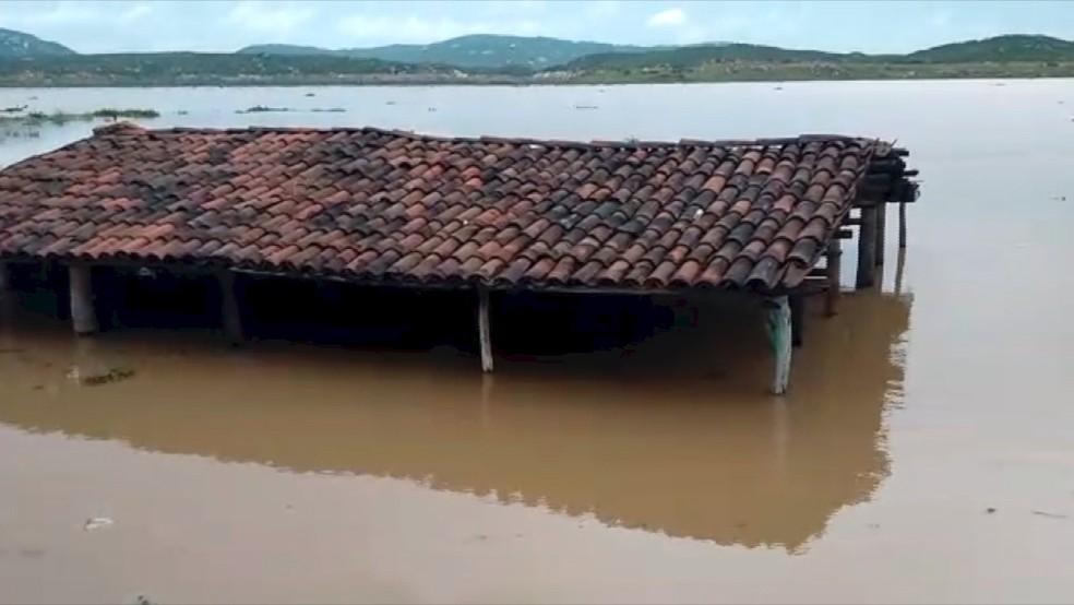 Bar que ficava próximo a ruínas da antiga igreja ficou submerso, em São Rafael (Foto: Magno Serafim)