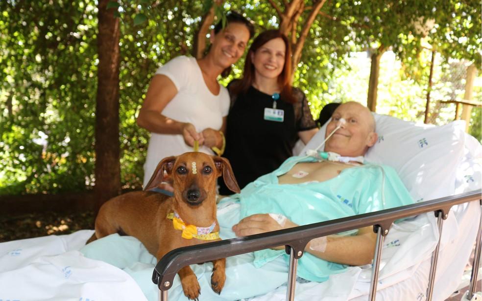 O tapeceiro Júlio Cesar Bianchini com a cadela Lilica no hospital em Ribeirão Preto — Foto: Hospital das Clínicas/Divulgação