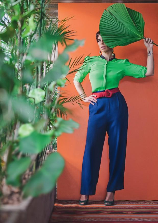 Camisa Andrea Marques, calça Helo Rocha, brincos garimpados em Londres, cinto Cris Barros e sapatos Prada (Foto: Fernando Schlaepfer)