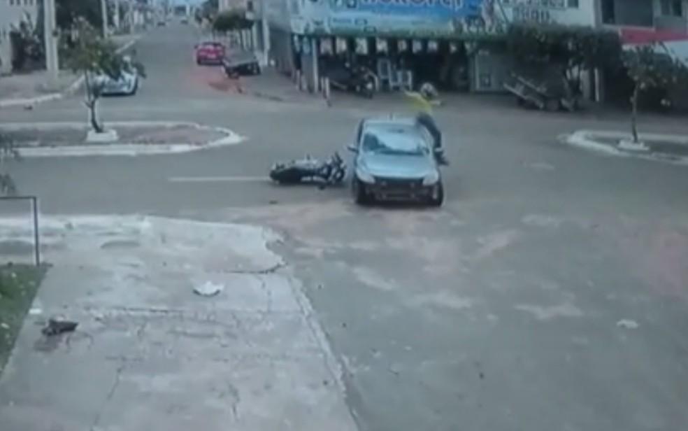 Motociclista passa por cima de carro e cai em pé do outro lado do veículo após acidente (Foto: TV Anhanguera/Reprodução)