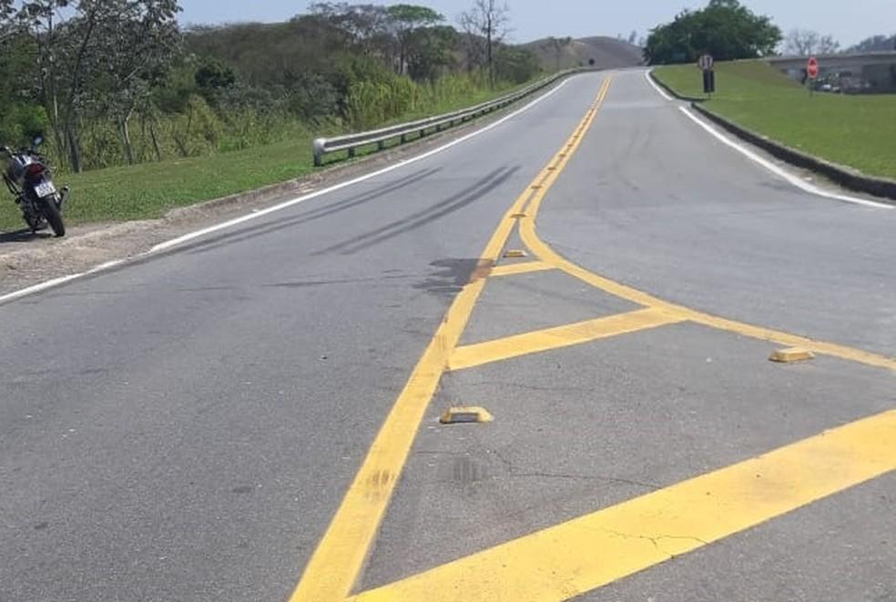 Trecho onde foi registrado acidente entre moto e caminhão em Resende — Foto: Polícia Rodoviária Federal