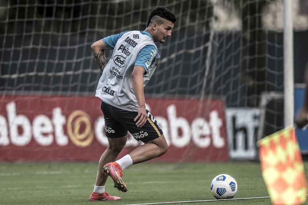 Danilo Boza em treino do Santos; zagueiro deve ser titular do Peixe pela primeira vez contra o Fluminense — Foto: Ivan Storti/Santos FC