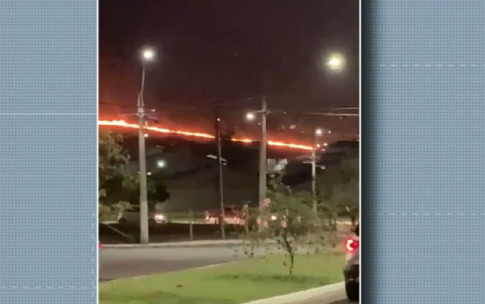 Corpo de Bombeiros combate incêndios em áreas de pasto em Varginha e Pouso Alegre, MG