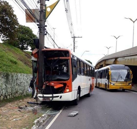 Ônibus do transporte coletivo bate contra poste no Boulevard Álvaro Maia em Manaus