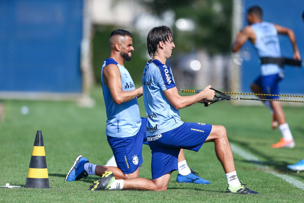 Maicon e Pedro Geromel buscam recondicionamento físico — Foto: Lucas Uebel/Grêmio