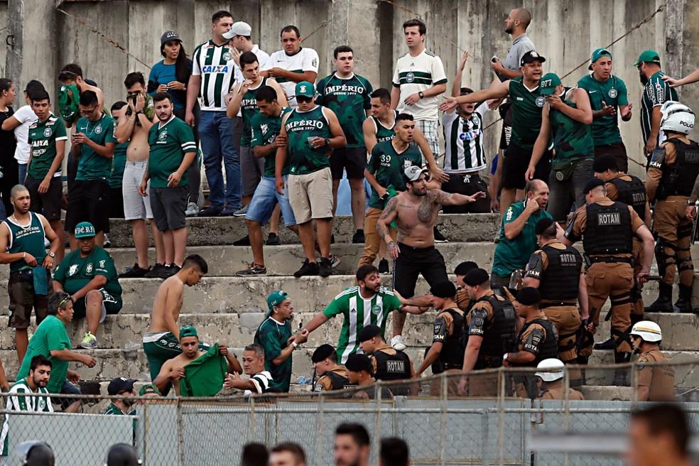 Briga começou entre torcedores dentro do setor de visitantes  — Foto: Hedeson Alves/Gazeta do Povo