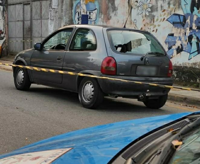 Homem é morto a tiros dentro de carro em Volta Redonda