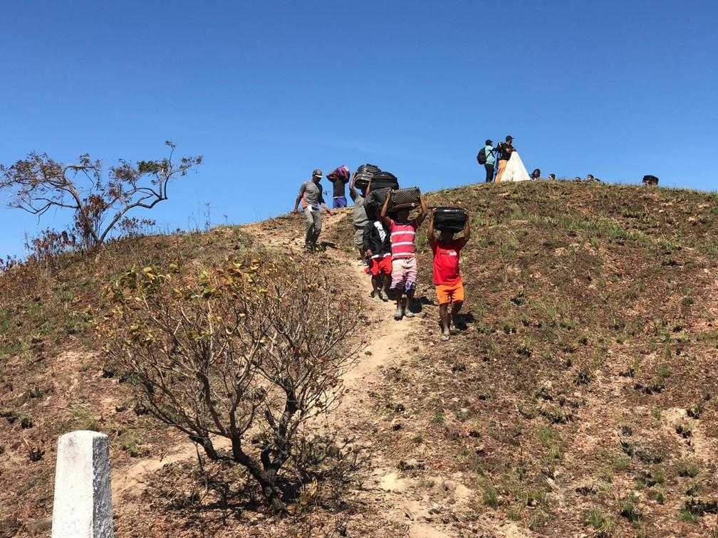 Mesmo após intenso conflito e acirramento na fronteira, dezenas de imigrantes continuam atravessando a fronteira do Brasil com a Venezuela pelas rotas clandestinas — Foto: Alan Chaves/G1 RR