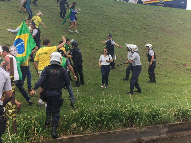 Polícia Militar usa spray de pimenta para conter manifestantes que tentaram invadir o espelho d'água do Congresso Nacional (Foto: Jéssica Nascimento / G1)