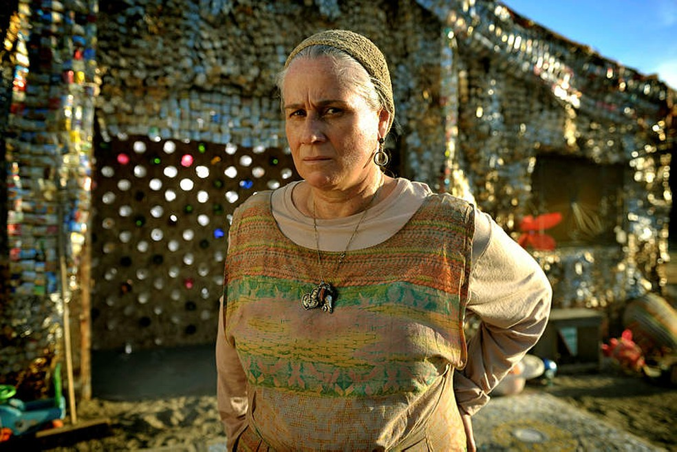 Mãe Lucinda (Vera Holtz) é a mãe afetiva de muitas crianças abandonadas no lixão em 'Avenida Brasil' — Foto: Acervo/TV Globo