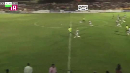 Do meio da rua, atacante encobre goleiro no 1º tempo e repete toque por cobertura em lindo gol no 2ºT