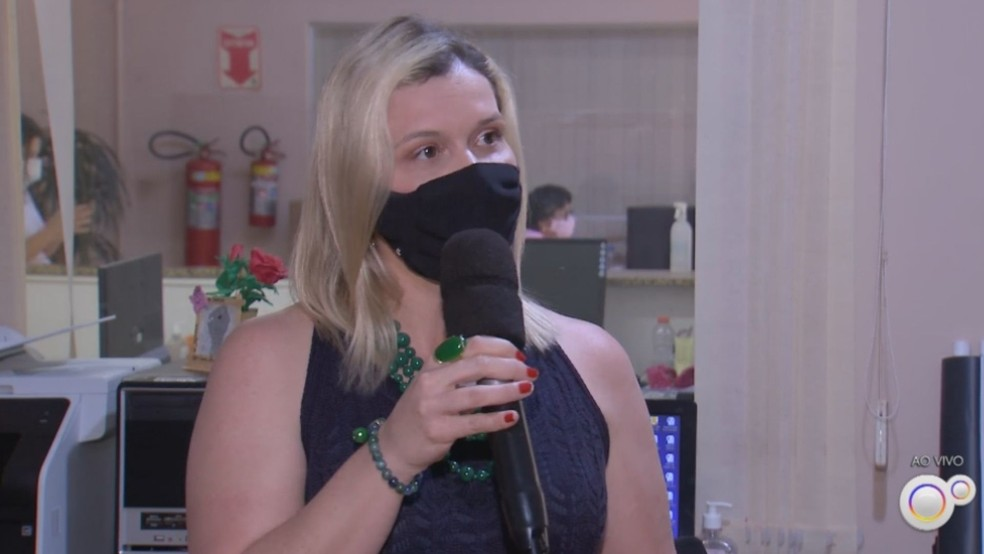 Ana Paula Trevizan, secretária da pasta, comenta a importância da distribuição gratuita desses absorventes em Santa Cruz do Rio Pardo (SP) — Foto: Tv Tem /Reprodução