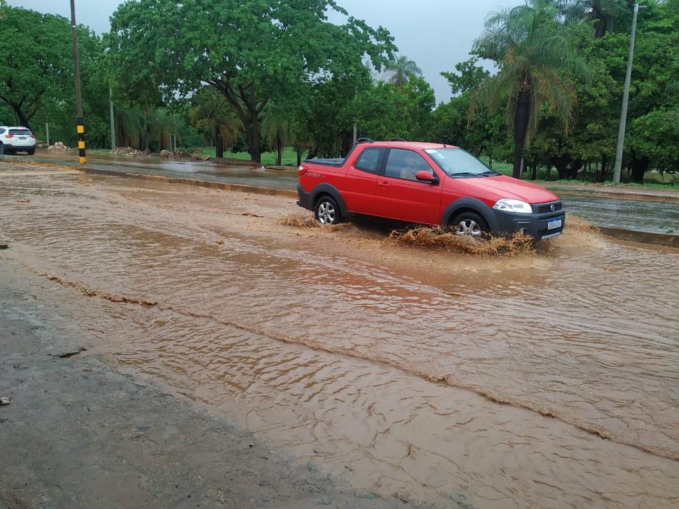 Rua Maria Ednir Bezerra, em Juazeiro do Norte, no Ceará, também ficou alagada por conta das precipitações. — Foto: Valéria Alves
