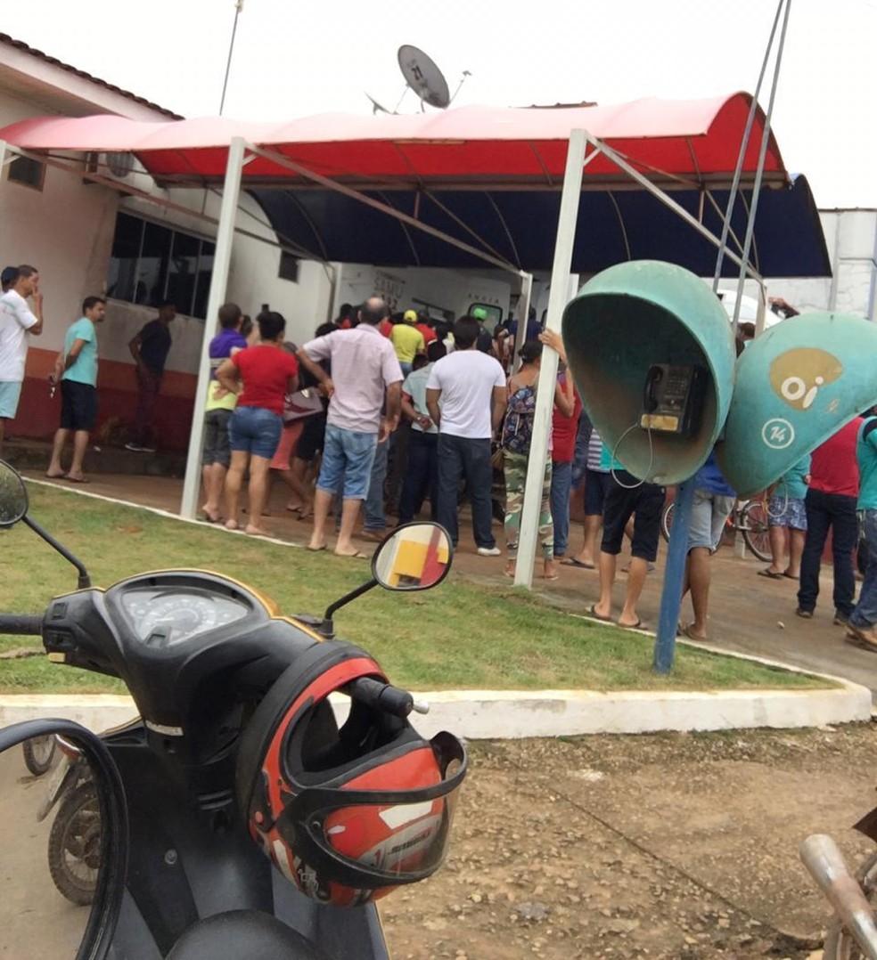 Moradores aguardam informações no hospital sobre feridos no confronto em Colniza — Foto: Divulgação
