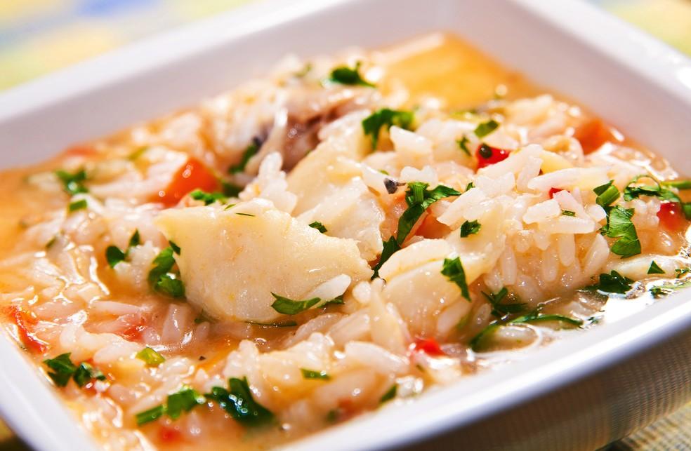 Sugestão de prato principal é o arroz com bacalhau — Foto: Adobe Stock