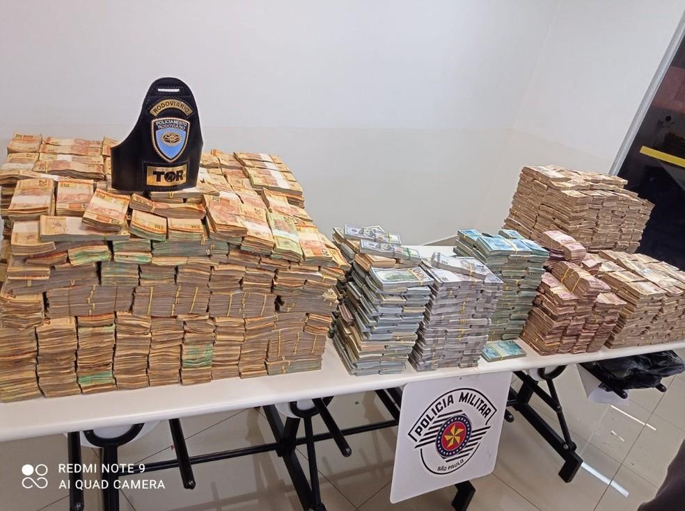 Quase 12 milhões em dinheiro, entre real e dólar, foram apreendidos em Presidente Prudente — Foto: Polícia Rodoviária