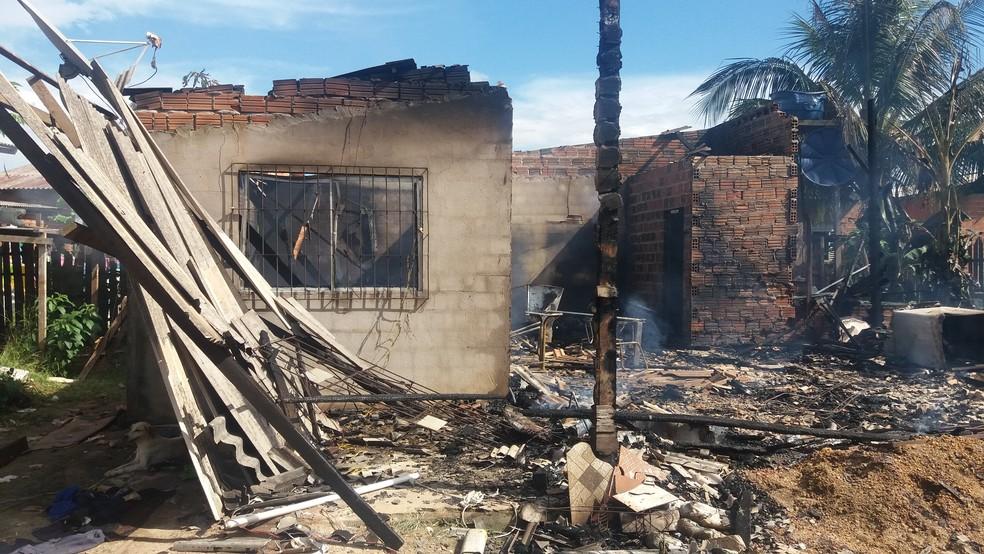 -  Família perdeu tudo o que havia na casa em incêndio no bairro Marabaixo, Zona Oeste de Macapá  Foto: Rita Torrinha/G1