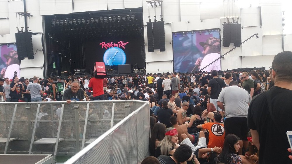 Parte da frente do Palco Mundo já está lotada de pessoas esperando os shows do The Who e Guns n' Roses.