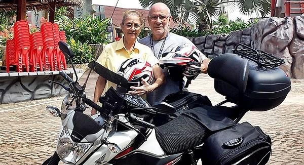 Serafín, 71, e Shirley, 69, em Pinheiro, no Maranhão, rumo ao mundo